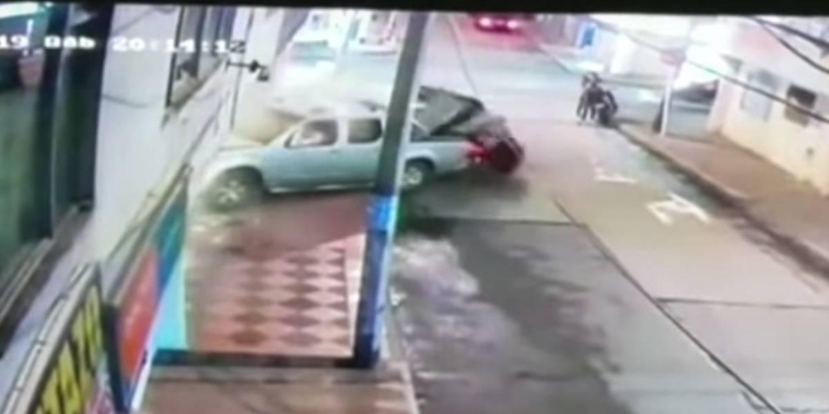 VIDEO: Conductor borracho mató a un peatón y derribó la pared de una casa en Bogotá