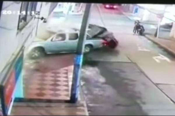 Conductor borracho mató a un peatón y derribó la pared de una casa en Bogotá