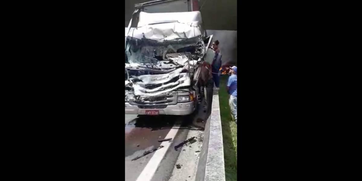 Vídeo mostra momento em que motorista de caminhão atingido por helicóptero é socorrido