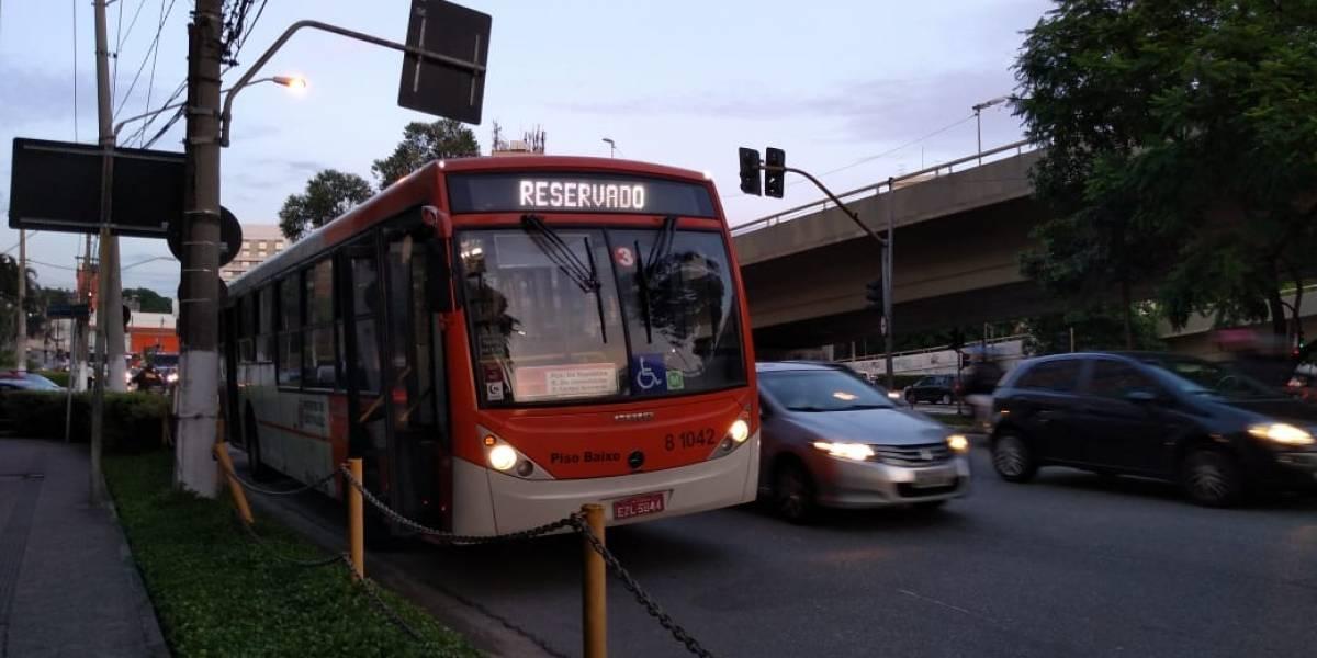 Colisão entre carro e ônibus complica trânsito no Morumbi