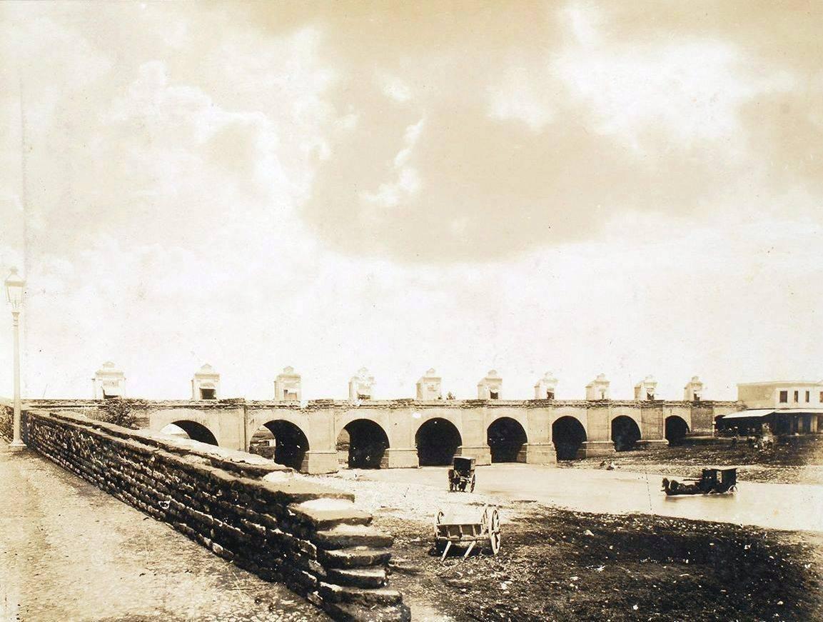 Vista del Puente de Cal y Canto. Santiago de Chile, año 1886.