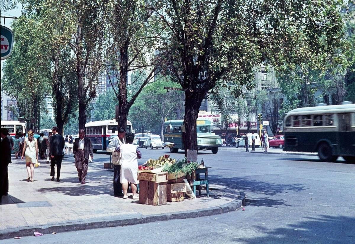 Locomoción colectiva por avenida Alameda. Santiago de Chile, año 1969.