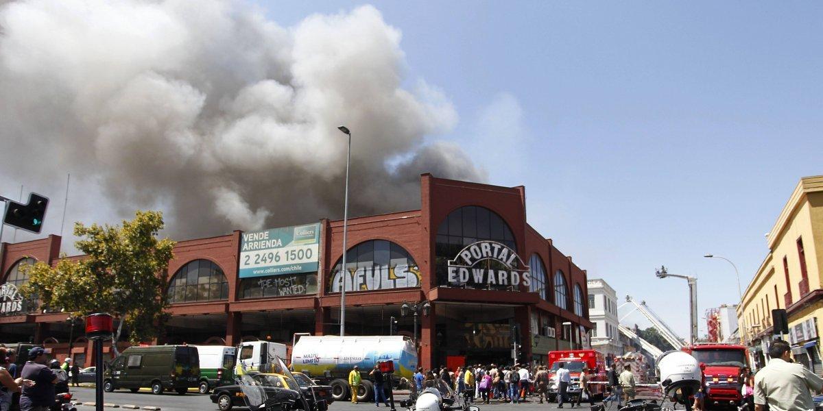 """Incendio """"ciego"""" en barrio Meiggs deja más de 20 negocios destruidos y cinco bomberos heridos"""