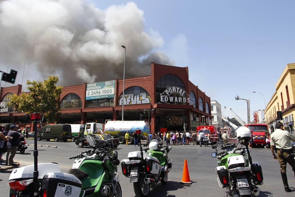 """Incendio """"ciego"""" en barrio Meiggs sigue activo y con 17 negocios ..."""