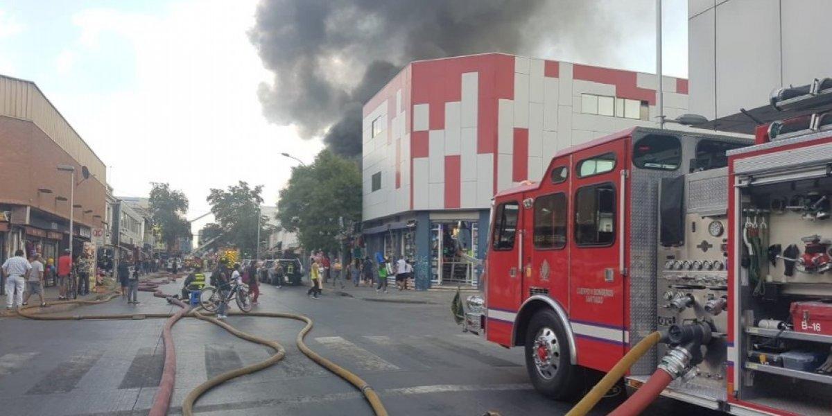 Nueve compañías de bomberos trabajan en el lugar: incendio afecta a locales comerciales del barrio Meiggs