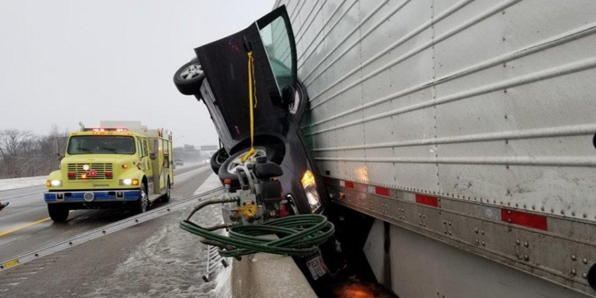 Sufrió un aterrador accidente y nadie da crédito de cómo el conductor pudo salir con vida y con heridas menores