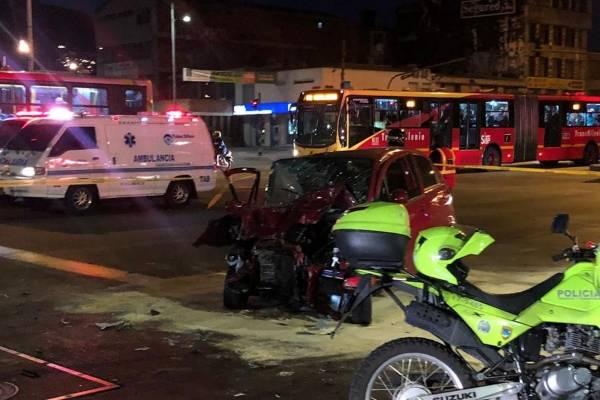 Grave accidente entre un carro y bus de Transmilenio