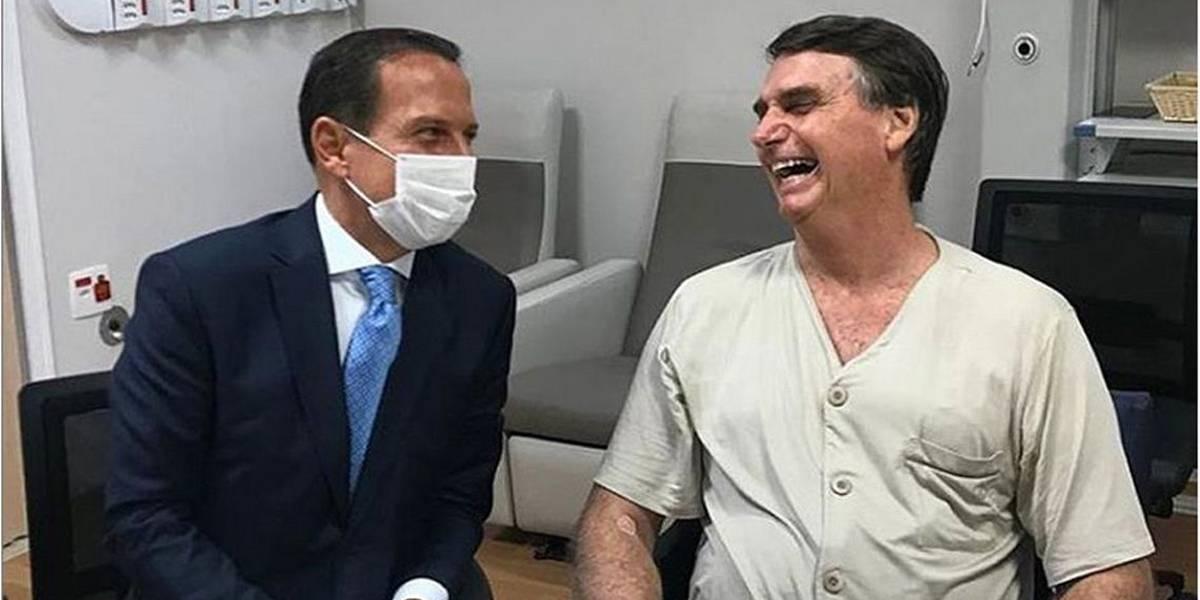 Bolsonaro caminha sem apoio e recebe alimentação sólida
