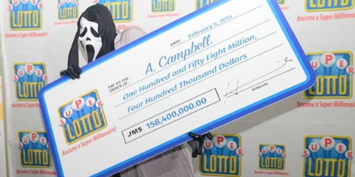 El que sabe sabe: se ganó la Lotería y como no quería que nadie lo reconociera llegó con la máscara de Ghostface a recibirlo