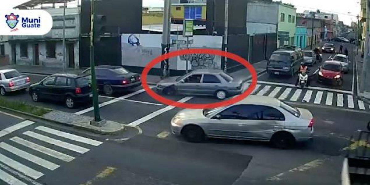 VIDEO. Un conductor choca a 3 vehículos mientras huía de otro carro