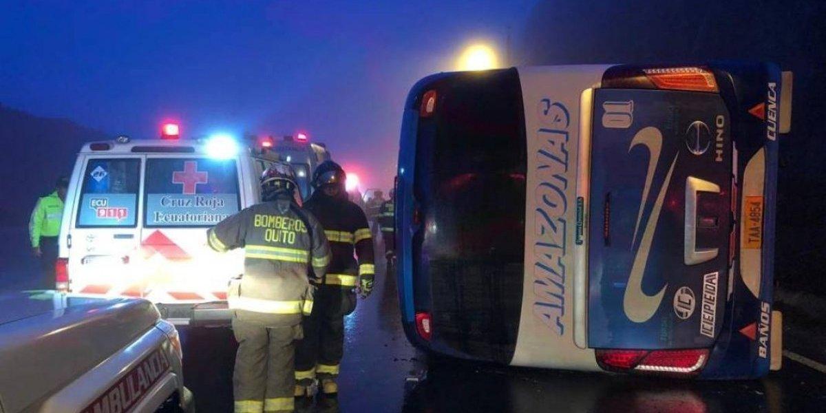 Volcamiento de bus interprovincial en vía Pifo- Papallacta