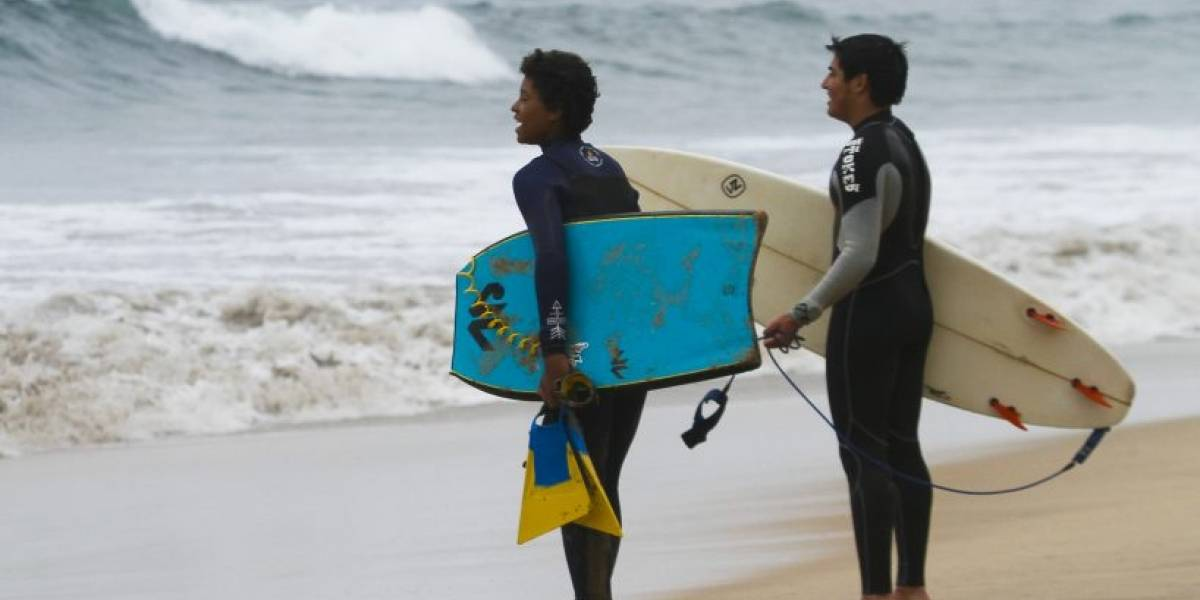 Curiosa campaña busca reparar ropa en las playas para reducir su huella de carbono