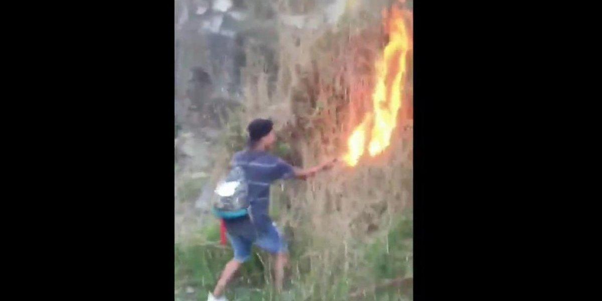 """Papá de menor grabado iniciando incendio en Coronel culpa a los amigos: """"Lo están cargando de todo"""""""