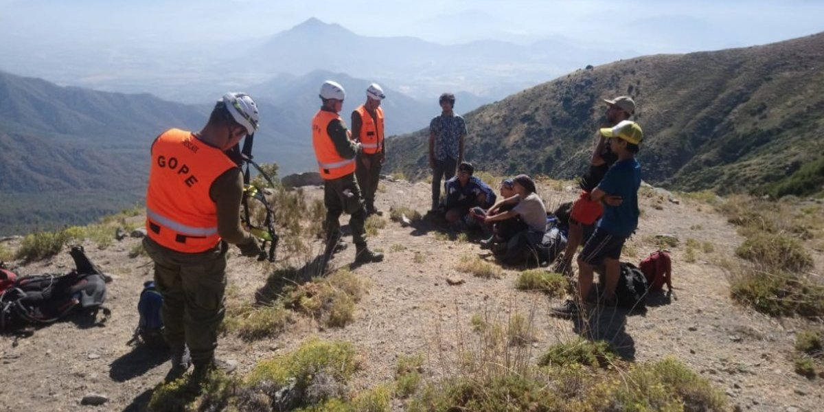 """Carabineros rescató a seis excursionistas extraviados en el cerro """"Chorro de la vieja"""" en Mostazal"""
