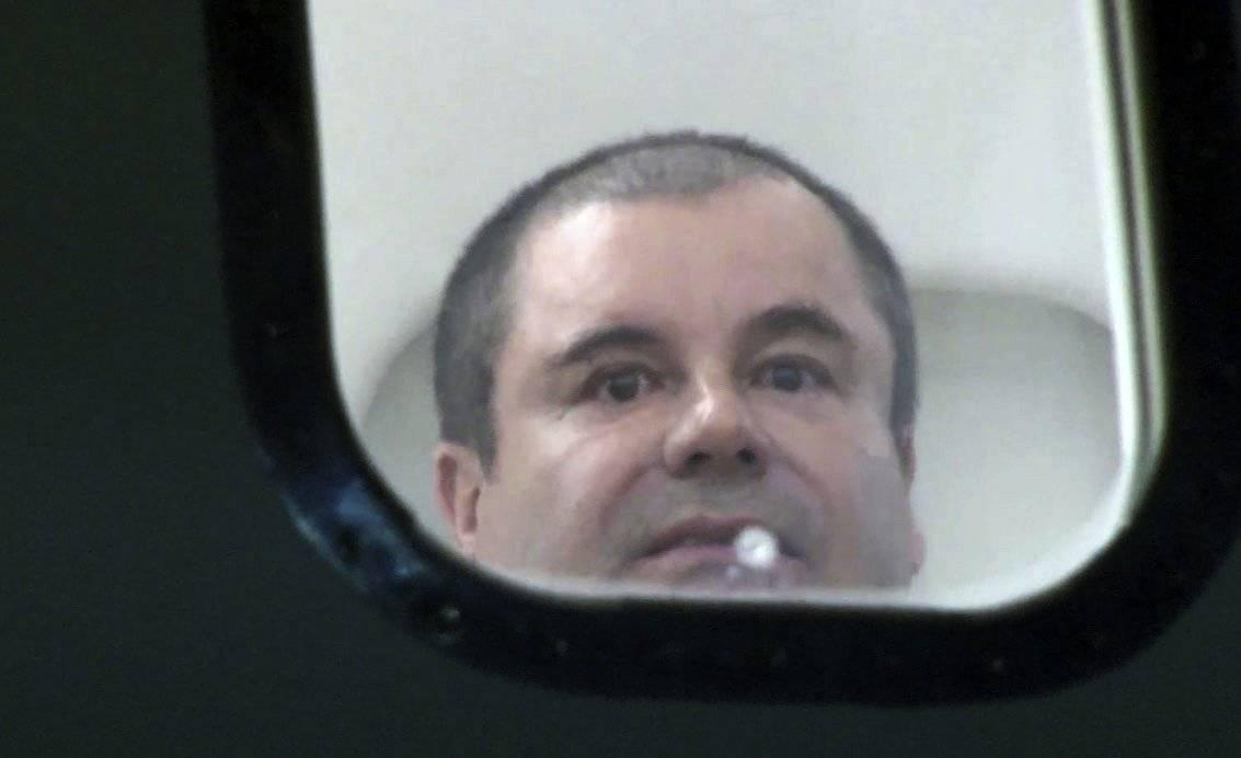 """Joaquín """"El Chapo"""" Guzmán mira por la ventanilla de un avión. AP"""