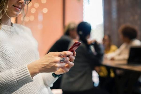 woman-phone9058