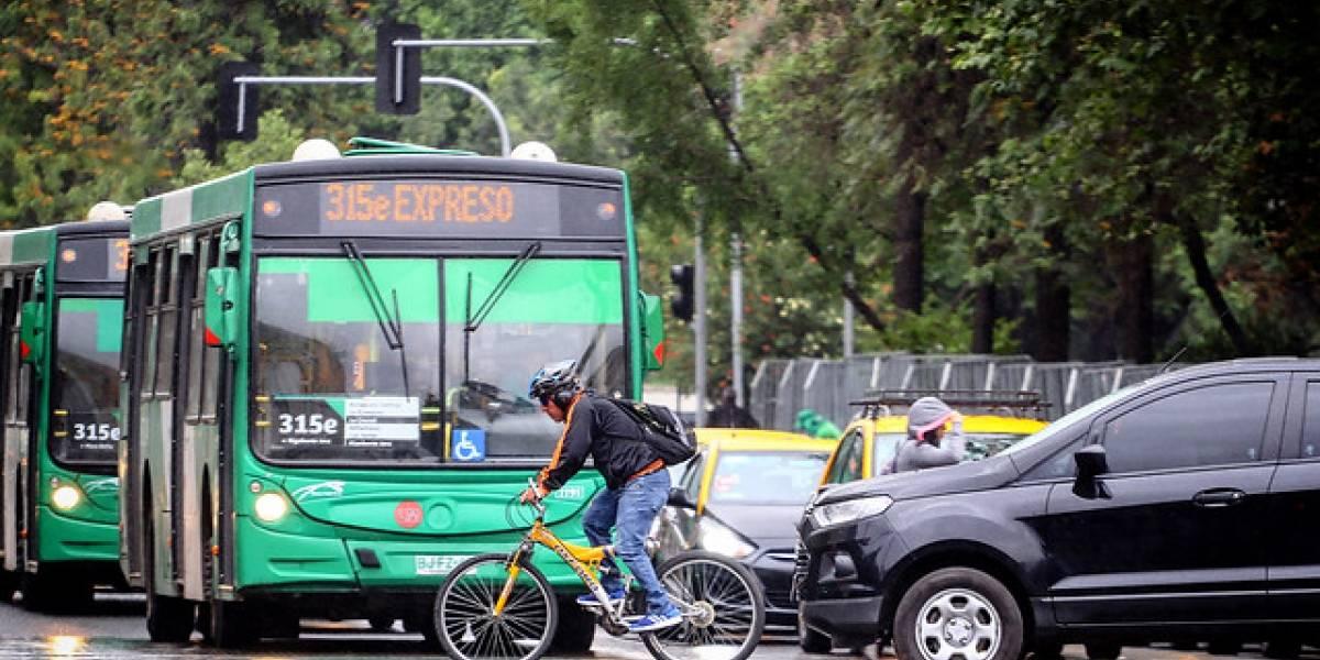 Y son obligatorios por ley: estudio revela bajo uso de casco, luces y reflectantes en ciclistas