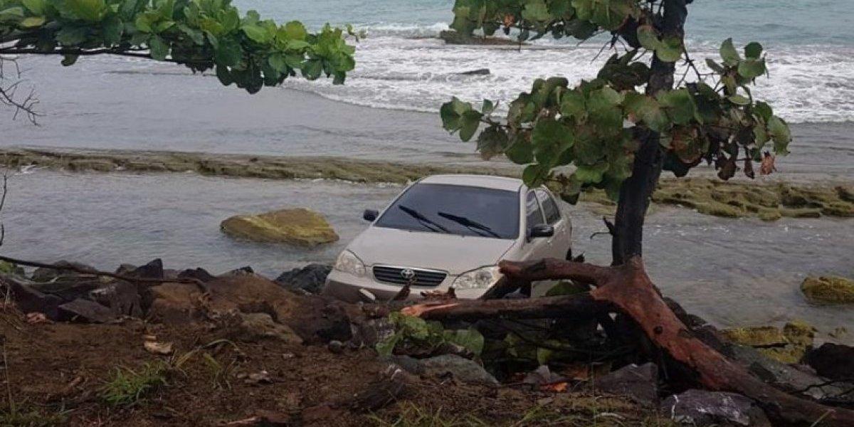Joven pierde el control de su auto y termina casi en la playa