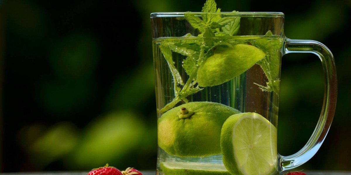 Água detox de limão e pepino: confira receita que hidrata e promove a saúde