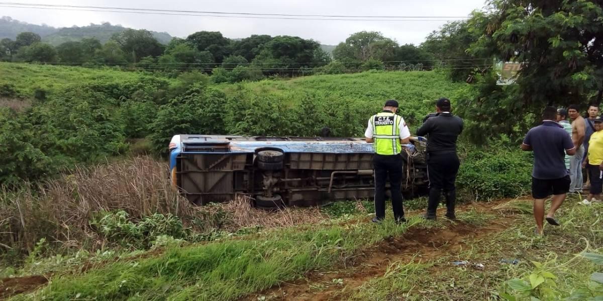 Manabí: Un fallecido y 16 heridos tras un accidente de tránsito en la vía Rocafuerte-Tosagua
