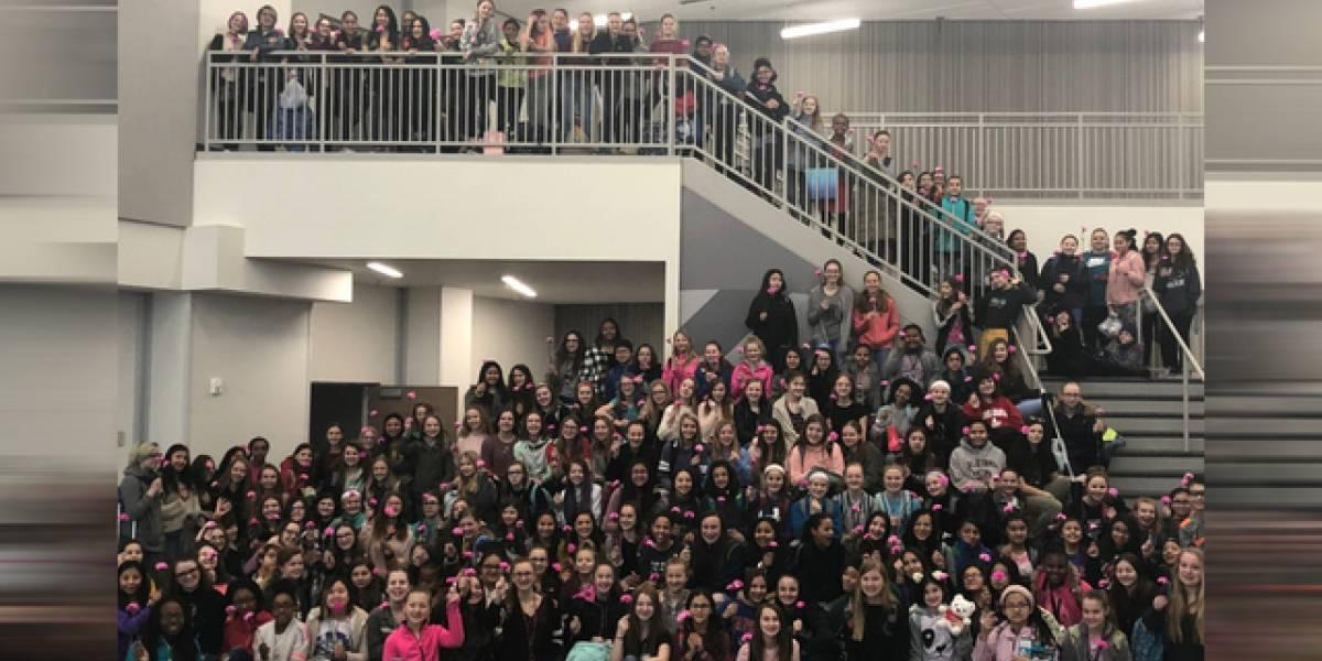 Dia dos Namorados: Três garotos compraram mais de 300 flores para alunas e funcionárias de escola nos EUA