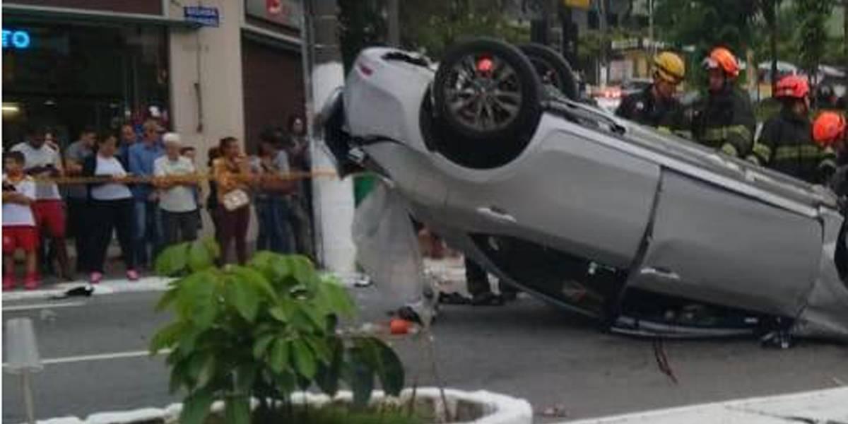 Carro capotado bloqueia avenida São Miguel em São Paulo