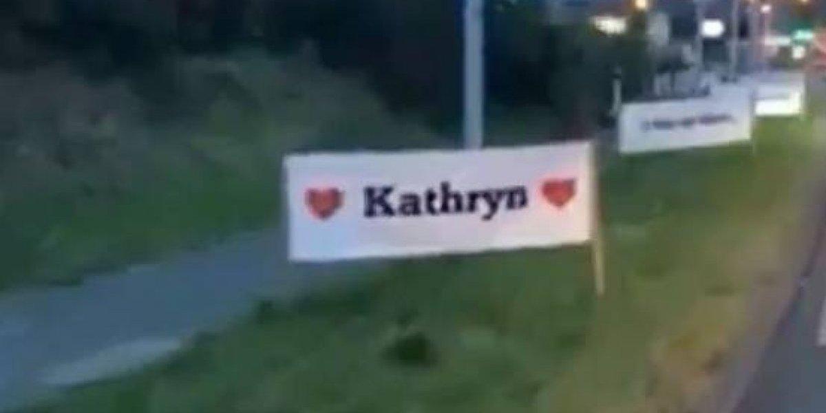 """""""Lo que sea que hizo, esto es 10 veces peor"""": llenó de carteles una calle para pedir perdón a su enamorada el día de San Valentín"""