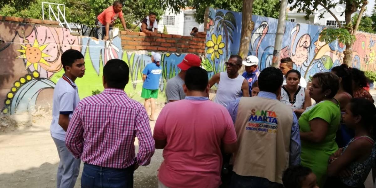 Comunidad denuncia que vive marginada por un muro que divide clases sociales en su barrio