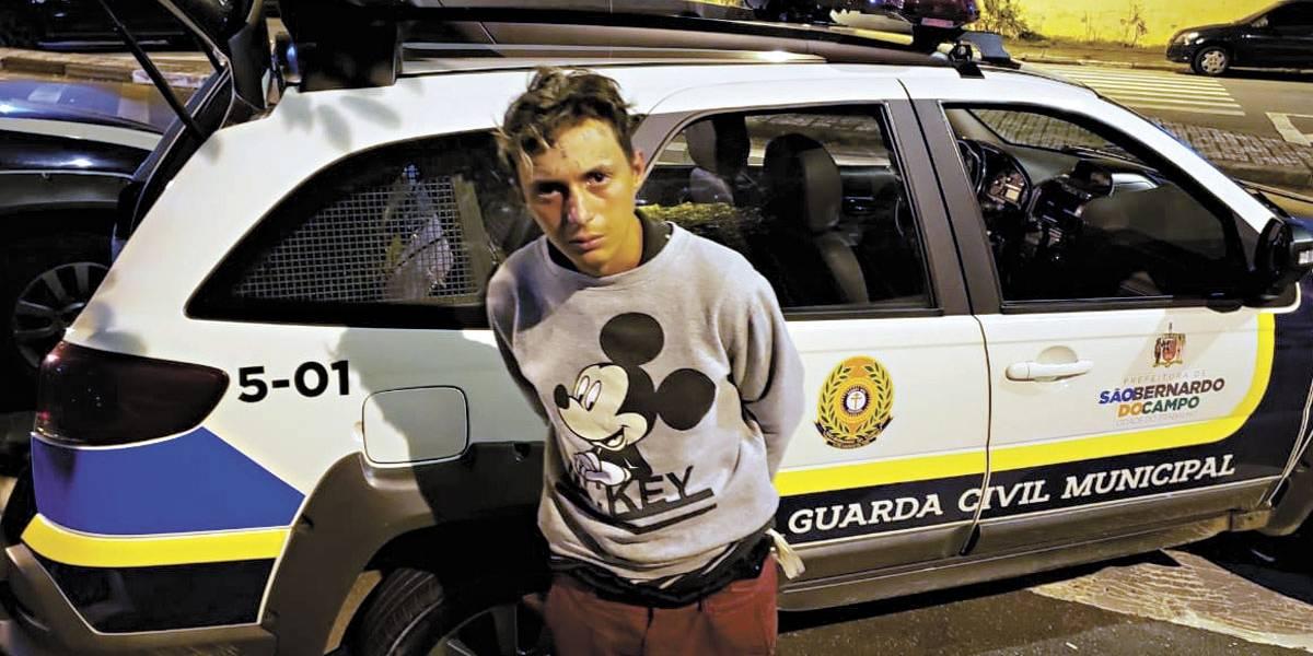 Jovem que teve 'ladrão e vacilão' tatudo na testa após acusação de roubo é preso de novo