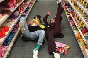 Sasha Meneghel e Bruna Marquezine fazem farra juntas em supermercado dos EUA