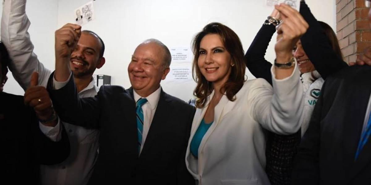 Zury Ríos y Roberto Molina Barreto reciben sus credenciales como candidatos