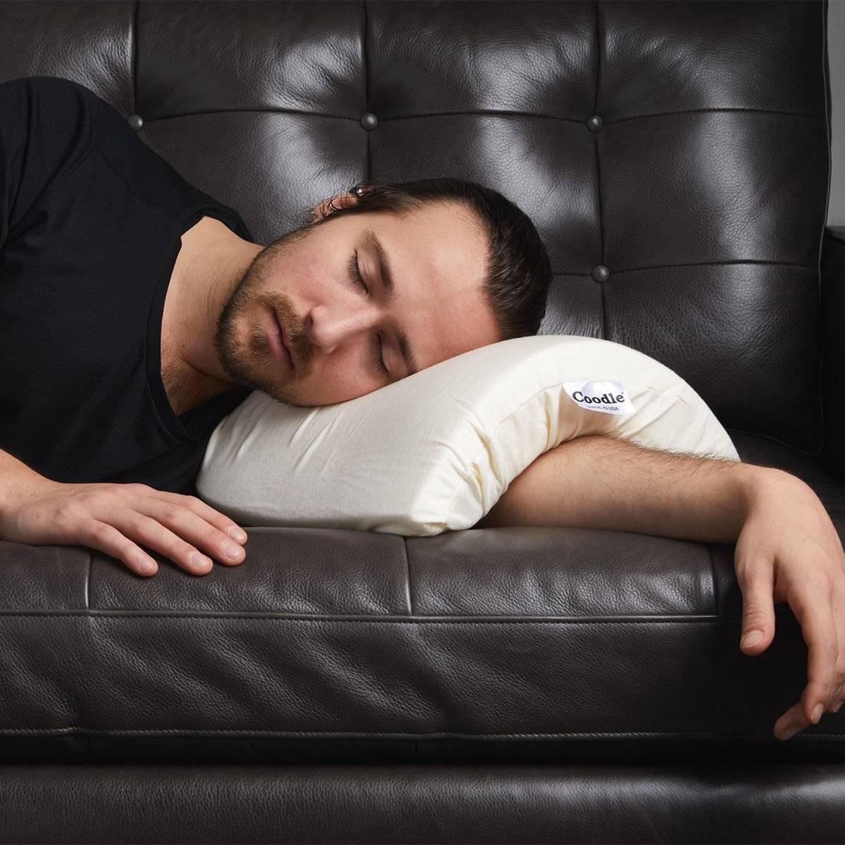 """Dormir en """"cucharita"""" es más fácil con esta almohada"""