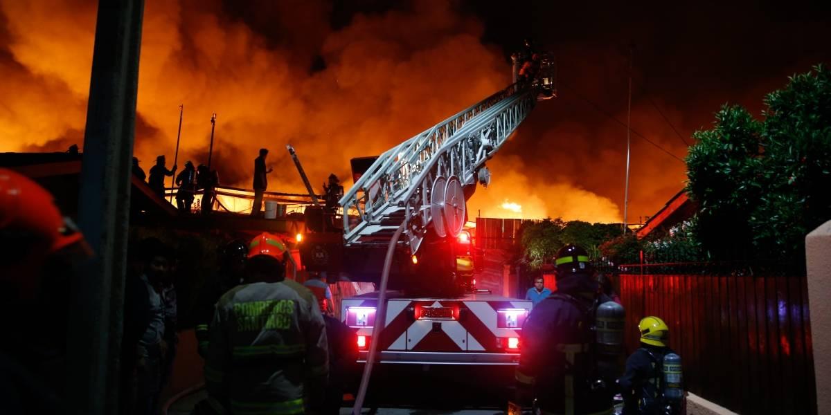 Dos fallecidos deja incendio en Renca: se originó por una falla eléctrica