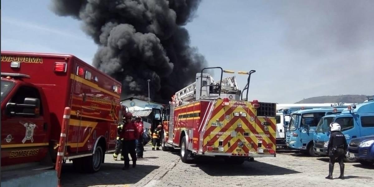 Quito: Cierres viales por incendio estructural en El Dorado
