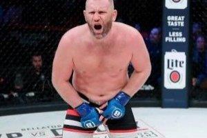 VIDEO: Brutal patada en los genitales obliga a suspender combate de MMA