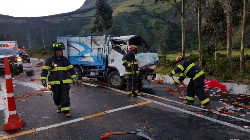 Una persona fallecida tras accidente de tránsito en la vía Pifo- Papallacta BOMBEROS QUITO