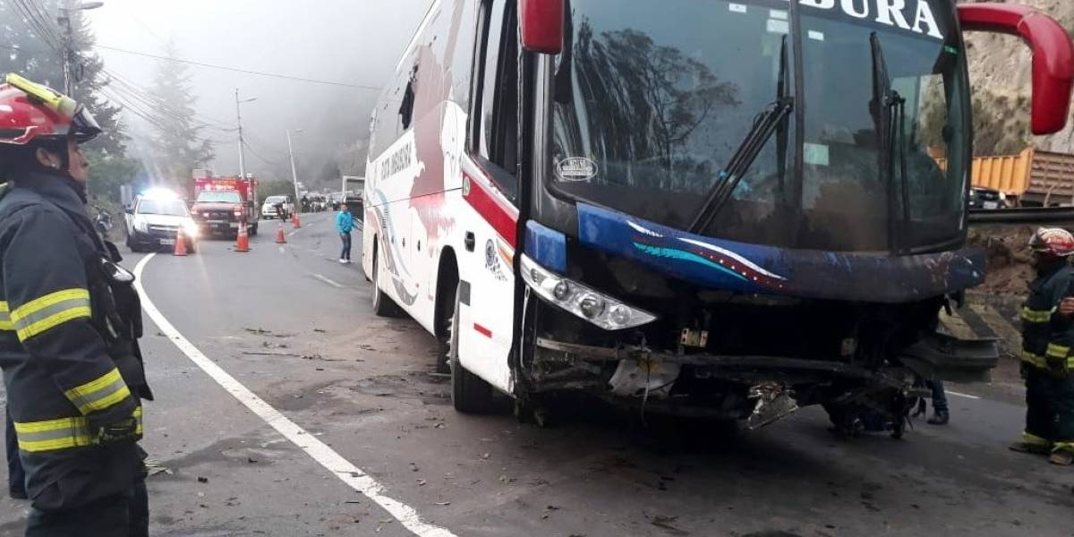 Quito: Un bus se accidentó en la avenida Simón Bolívar y De los Conquistadores