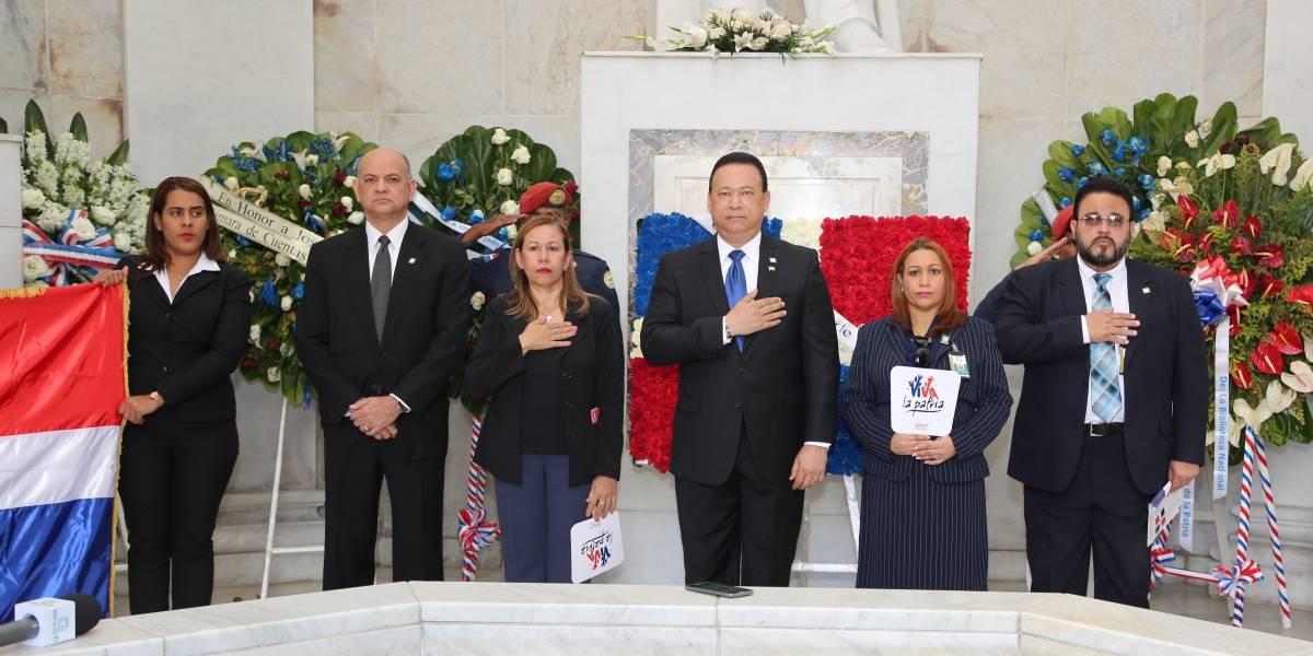 Contraloría deposita ofrenda floral por motivo del 175 aniversario de la Independencia Nacional