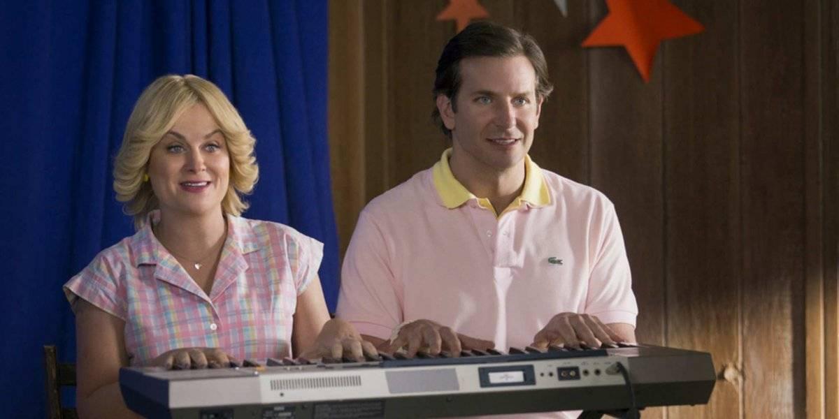 Bradley Cooper e Amy Poehler em Mais um Verão Americano (2001), uma sátira a filmes de comédia adolescentes. O filme foi um dos primeiros do ator Divulgação