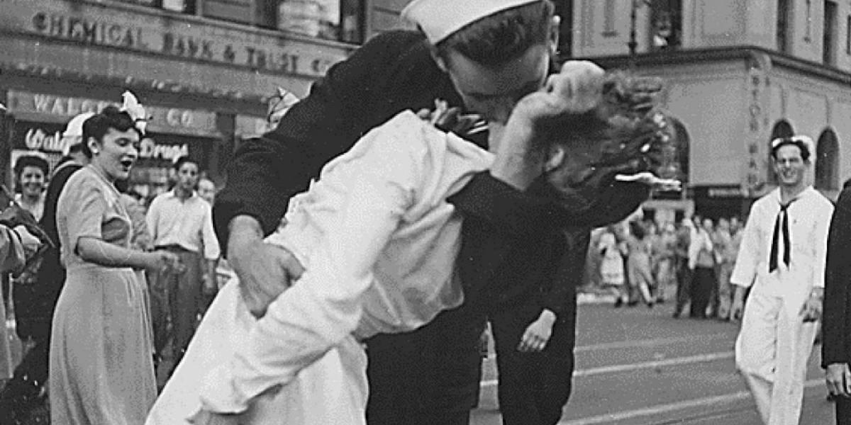 Marinheiro do beijo ao fim da 2ª Guerra Mundial morreu neste domingo; confira a história e as polêmicas da foto