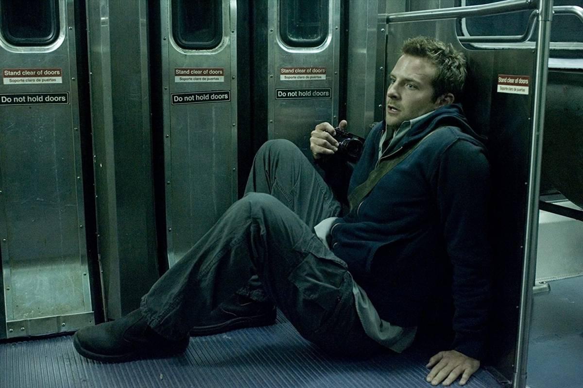 Cooper em O Último Trem (2008), terror sobre um fotógrafo que descobre os passos de um assassino em série que persegue viajantes noturnos Divulgação