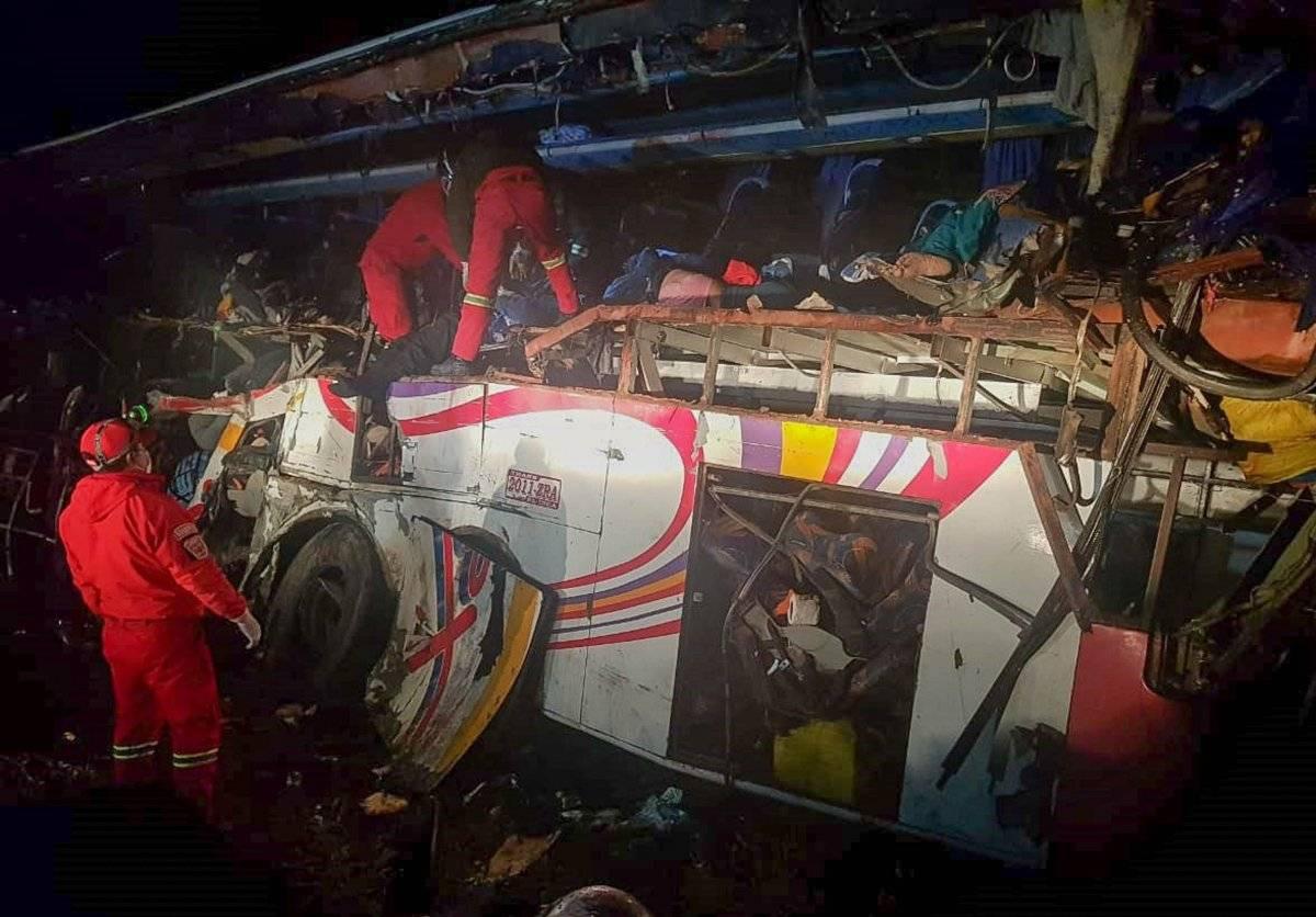 Bolivia: Al menos 24 fallecidos y 15 heridos en accidente de tránsito entre bus y camión