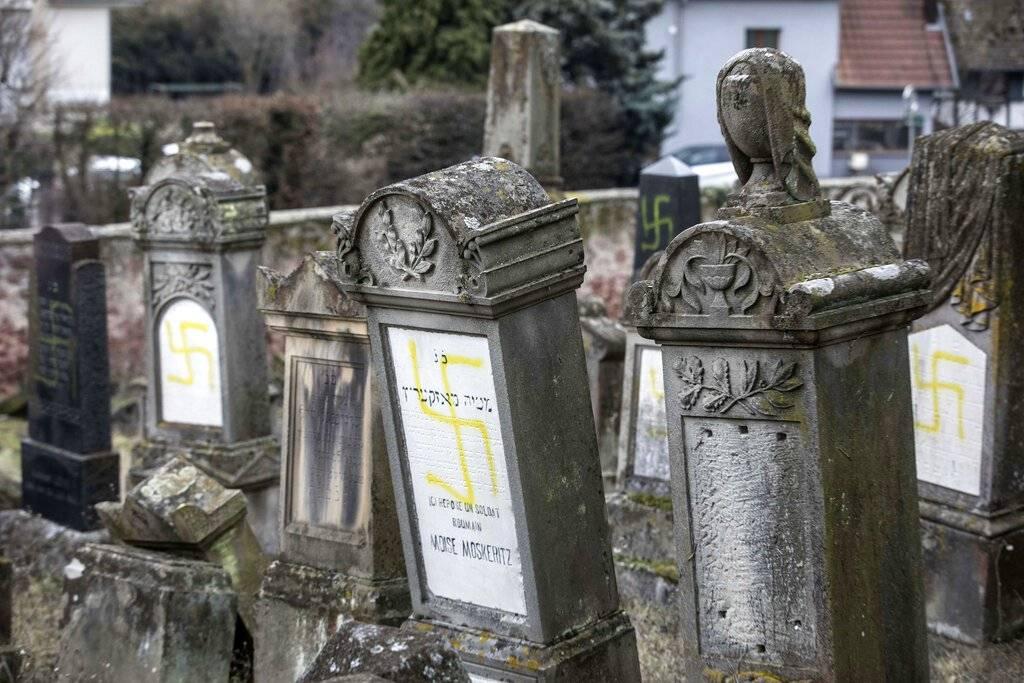 Profanan 80 tumbas con consignas nazis en cementerio judío | FOTOS — Francia