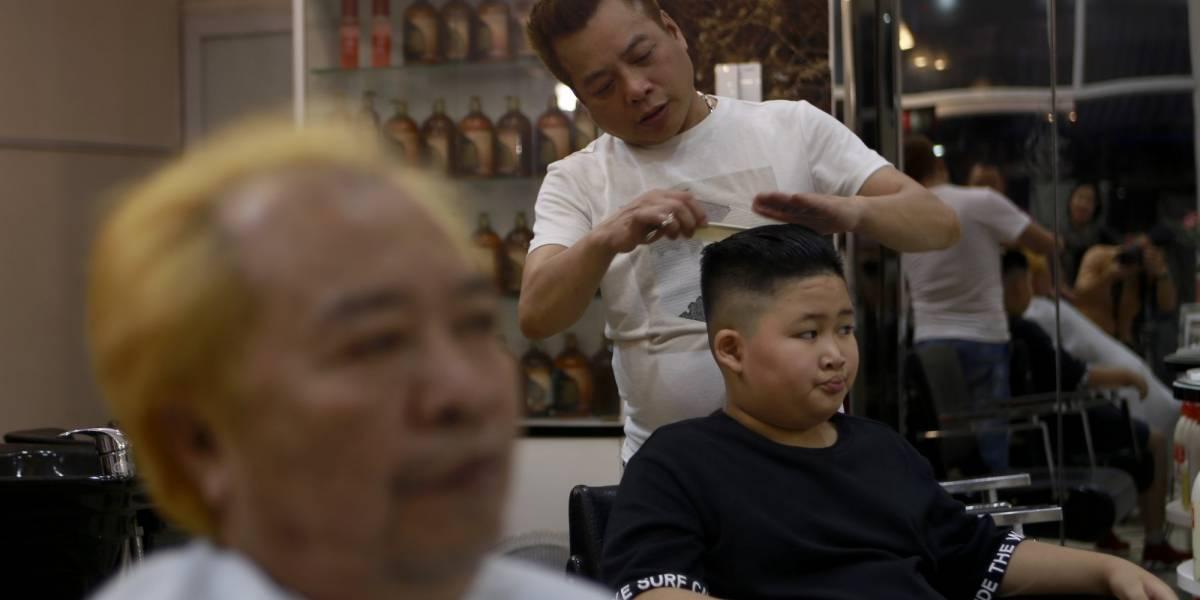 El último grito de la moda en Vietnam: cortarse el pelo gratis al estilo de Kim o Trump