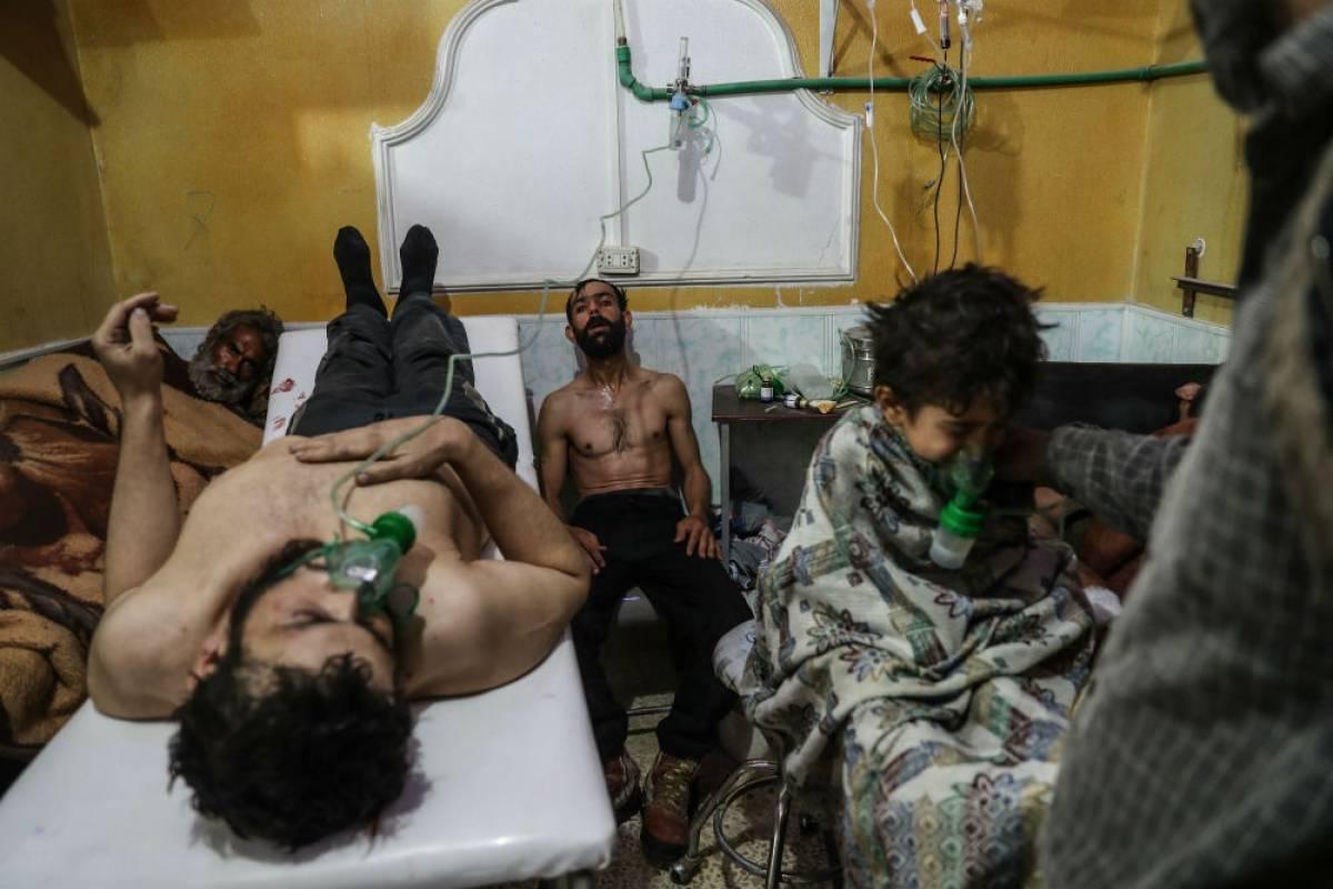 Víctimas de un supuesto ataque con gas reciben tratamiento en Ghouta Oriental. De Mohammed Badra. Foto: worldpressphoto.org