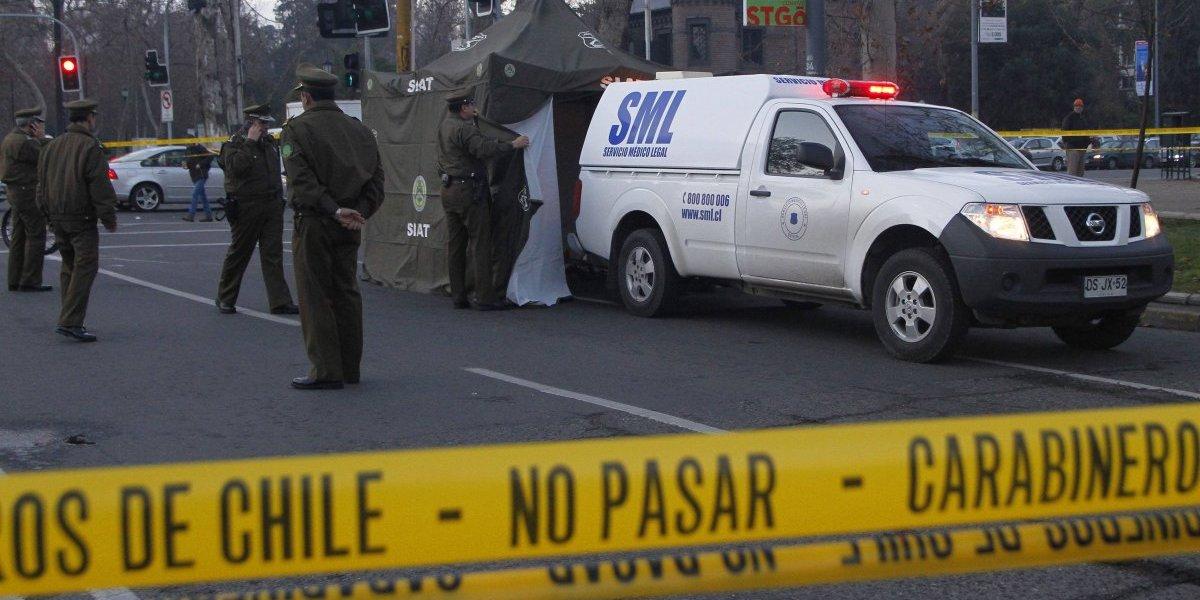 Dos muertos tras fatal colisión entre auto y motocicleta en Providencia