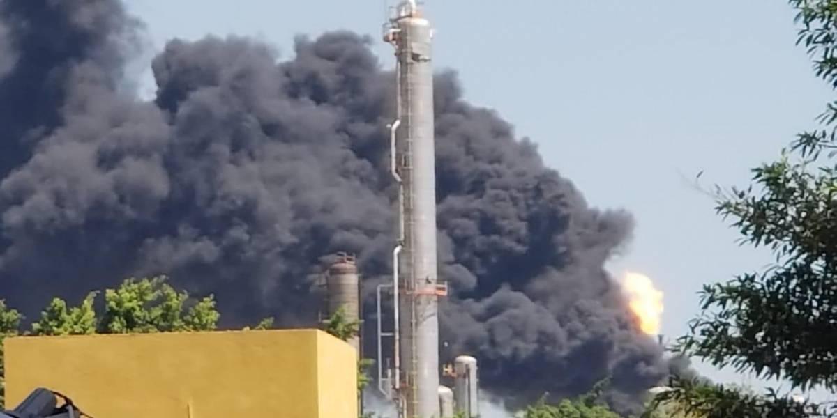 Registran humareda en caldera de la Refinería Lázaro Cárdenas