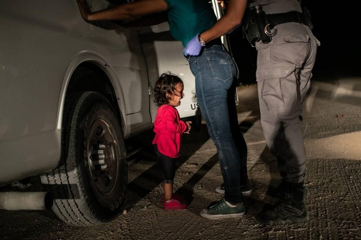Niña llorando en la frontera. De John Moore. Foto: worldpressphoto.org
