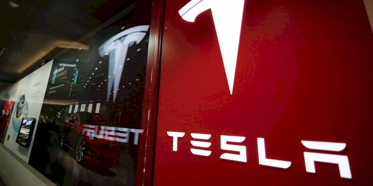 """Intentan determinar si Tesla que chocó y estalló matando a dos personas estaba en """"piloto automático"""""""