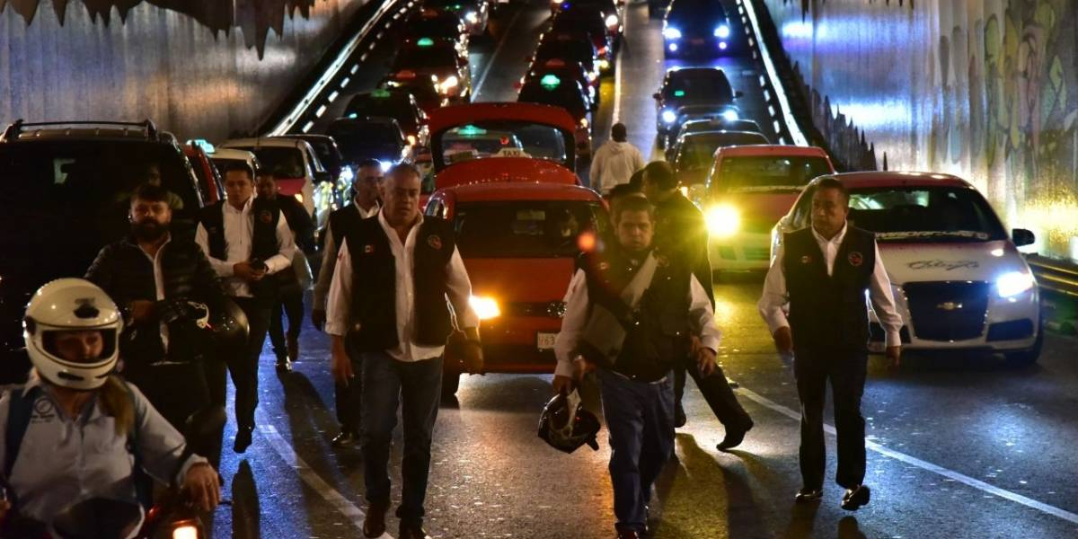 Gobierno capitalino amaga con sancionar a taxistas que bloqueen vialidades